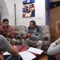 Er kann auch tausend Instrumente spielen... links daneben ist Freddy, der Chef der Schule.
