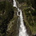 mit diesem grandiosen Wasserfall.