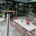 Eine gemütliche und einladende Terrasse dank Windschutz