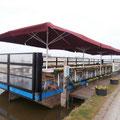 Schwimmender Ponton zur gastronomischen Nutzung mittels Windschutzanlage umfunktioniert