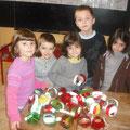 création de boules de Nöel à l'école d'Aurions Idernes