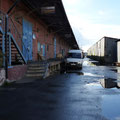 alte verlommelte Industrieanlage dient als Zentrallager der ganzen Region