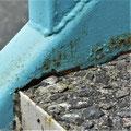 ④表層が剥がれ砂利むき出しの踏み面。冬は凍結しキケン!