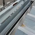⑨折板部分とパラペットの間の直下に雨樋。