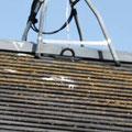 ①現況。屋根付けアンテナは鳥糞で葺材が傷みます。
