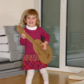 Eva igra kitaro