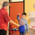 ... med tem je Emilio pomagal čarati s trakovi...