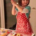 Najprej sta Eva in mami poskusili sami peči piškote...