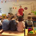 Otroci so na pobarvanko popihali barve z oblek...