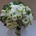 クラッチブーケ 主な花材:バラ/トルコキキョウ/レースフラワー/ヒペリカム 装飾:パール