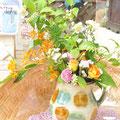 沖縄の器にお花アレンジ 沖縄北窯ピッチャー¥2900/お花アレンジ¥2000