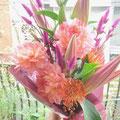 お母様のお誕生日のお祝い:大輪のユリとダリアで優しい花束をつくりました。