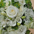 クラッチブーケ 主な花材:トルコキキョウ2種(白・グリーン)/バラ/フリージア