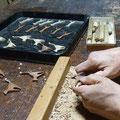ネコブローチ手彫り中