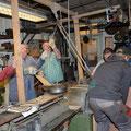 Dann wird der neue, rund 200 Kilogramm schwere Schleifstein in die Maschine gehoben.