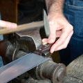 Mit dem Montieren des Griffs an drei Messern wurde der Verkauf gestartet.