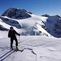 Kurz vor dem Gipfel ein kleines Flachstück, hinter dem Tubi die Weißkugel
