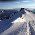 Der Schnee im Gipfelhang gut griffig, vor uns die Zufallspitze, Tini in Richtung Spalte