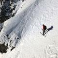 Alex wartet bis die Rinne für ihn frei ist, stand trotz Steilheit ganz locker am Ski
