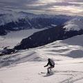 Vom Gipfelhang toll die Sicht ins Tal, im mittleren Teil die Aufstiegsspur