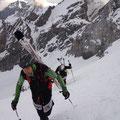 Dort auf halb Weg, schulterten wir für kurze Zeit die Skier