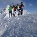Bergheil…dahinter unser eigentliches Ziel, dem wir nur mehr den Rücken zeigten…bitter kalt wie im tiefsten Winter