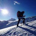 hier Toni, welcher von der Sonne und dem Ortler im Auge dem Gipfel regelrecht entgegenhechtete