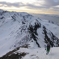 Dann die Ski auf den Rucksack, anstelle eines Ski Depot, denn unser Abfahrt steht uns auf der anderen Seite bevor