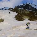Nun auf den letzten völlig bedeckten Schneefeldern, im Hintergrund unser Gipfelkreuz zu sehen