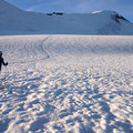 Tini vor dem Gipfelhang, wo die große Spalte jetzt gut ersichtlich wurde
