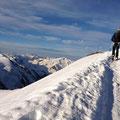 nun kurz vor dem Gipfelkreuz, Tini in den Spuren der Sommer Bergsteiger