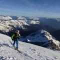 Marian mit dem Gebirge im Rücken