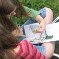 foto: kinder beim pflanzen bestimmen