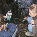 foto: jugendliche messen sauerstoffgehalt