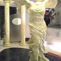 frp製のニケ像と飾り柱