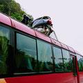 Umzug, Weg zu lang – warum steht das Moped auf dem Dach vom Bus?