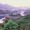 Der Schwarze Fluss (Sông Đà) ist unser Wegbegleiter in Richtung Norden. Er wird durch mehrere Wasserkraftwerke aufgestaut und ist Naherholungsgebiet für die Hanoier.