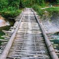 einfache Brücke aus Bambus und Draht – trägt Mopeds und Fußgänger