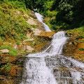 Während der Fahrt mit dem Auto passieren wir kleine und große Wasserfälle