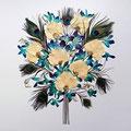 Ramo de novia con plumas de pavo real, rosas blancas y orquídeas turquesa. 55x45cm.