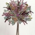 Bouquet muy tupido, de brezo, astrantias, astilbe, eucalipto y cardos. 55x50cm.