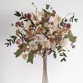 Bouquet con movimiento de ranúnculos, astrantias, eucalipto y astilbe. 45x45cm.