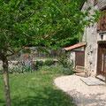 L'entrée côté jardin du gite rural familial sur ferme BIO, le Vieux Domaine au Masbareau, en Limousin, Haute-Vienne, Nouvelle-Aquitaine