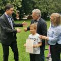 München - Konsulli i përgjithshëm i Republikës së Kosovës në Mynih, z.  Afrim Nura gjatë shpërndarjës së Dëftesave