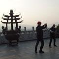 Üben im Tempel bei Sonnenuntergang
