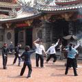 In der Gruppe üben im Tempel Nankunshen