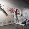 Beim Malen an der Wand