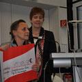 Scheckübergabe v.l. Prof. Carmen Scheibenbogen, Nicole Krüger Vorsitzende LVS