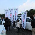 幟旗を立てて会場に乗り込む[信州コマ倶楽部]のメンバー(G2新潟場所2012/10/26)