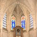Le chœur (reconstruit au XIVe s.) et le maître-autel en marbre rouge, de style Louis XV